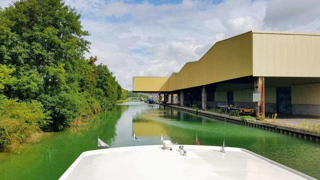 Ausfahrt Reims, sehr industriell. Eine Ladevorrichtung für Schiffe nach der andern.