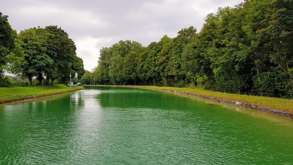 Der unwirklich grüne Aisne-Marnekanal mit seit Tagen dem ersten Gegenverkehr